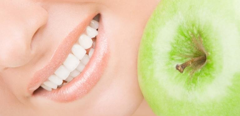 Gesunde Zähne mit Apfel