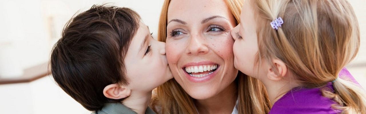 Kinder küssen Mutter auf Wange