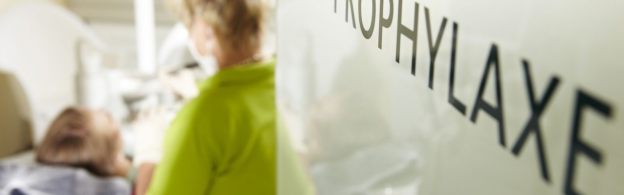 Prophylaxe-Schild beim Zahnarzt