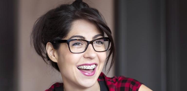 Frau mit Zahnspange lacht