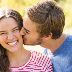 Küssen ohne Mundgeruch (Bildquelle: shutterstock/wavebreakmedia)