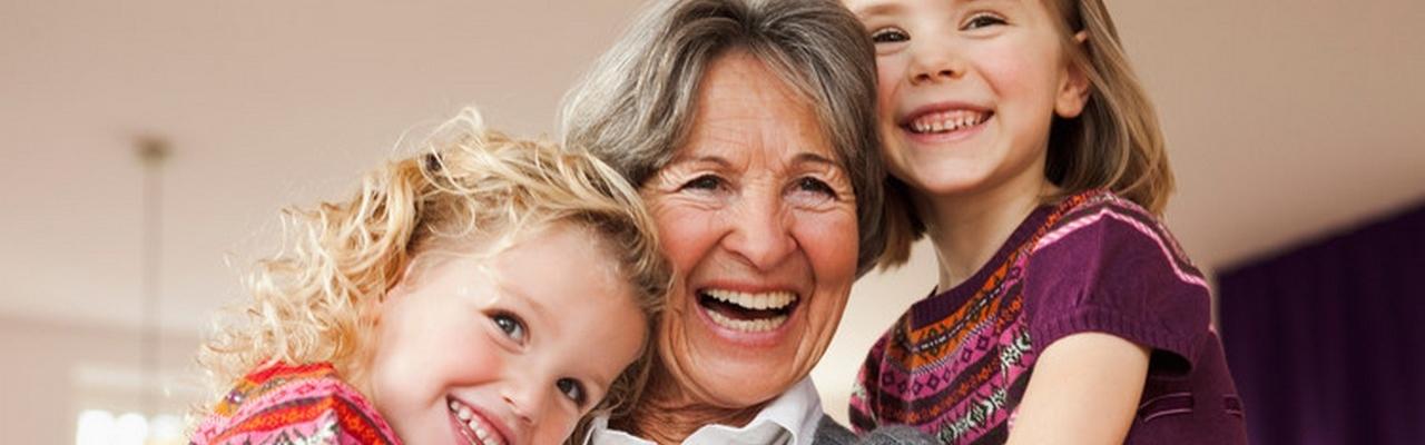 Oma mit zwei Mädchen am lachen