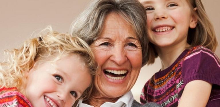 Oma mit Enkelkindern
