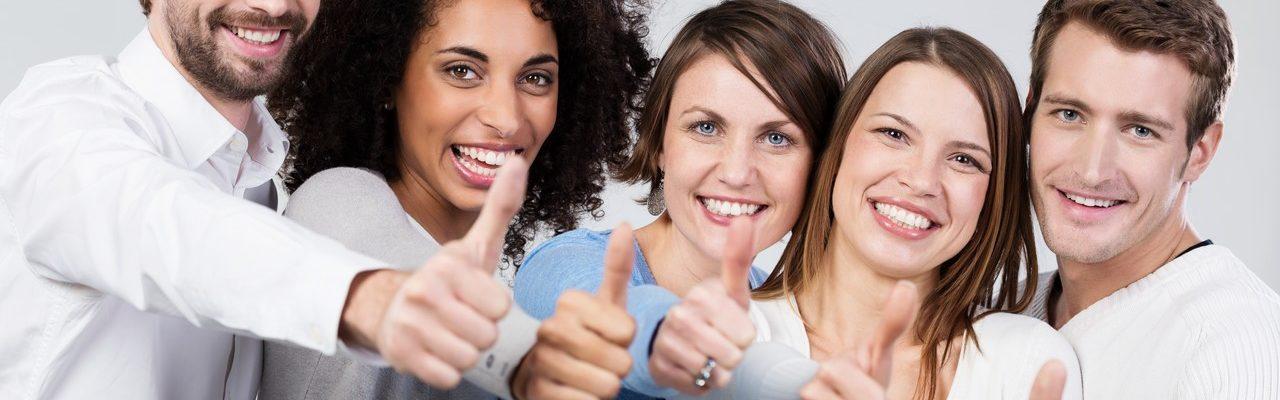 Zahnarzt-Patienten zeigen Daumen hoch