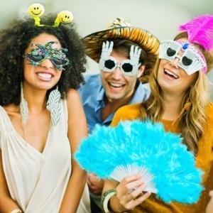 Zwei verkleidete Frauen und ein Mann feiern Karneval. (Bildquelle: Image Source/Caia Image)