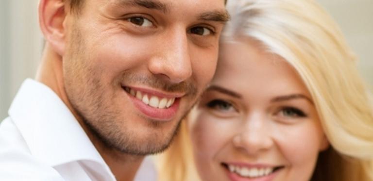 Ihr strahlendes Hochzeitslächeln mit gepflegten, gesunden Zähnen