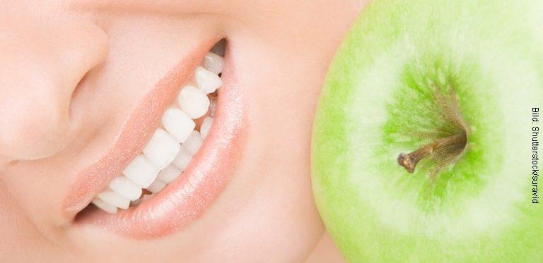 Gesunde Zähne mit Apfel (Bild: Shutterstock/suravid)