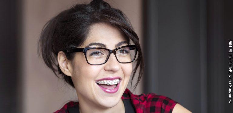 Frau mit Zahnspange lacht (Bild:Shutterstock / Broyana Manzurova)