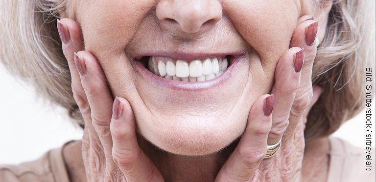 Laecheln einer aelteren Dame (Bild: Shutterstock / sirtravelalot)