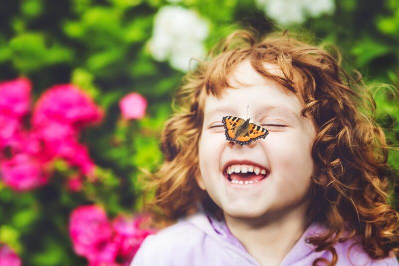 Kind mit Schmetterling (Bildquelle: ulkas/stock.adobe.com)