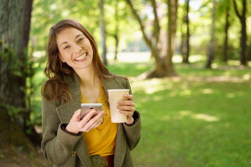 Frau mit Handy. Bildquelle: Shutterstock / stockfour
